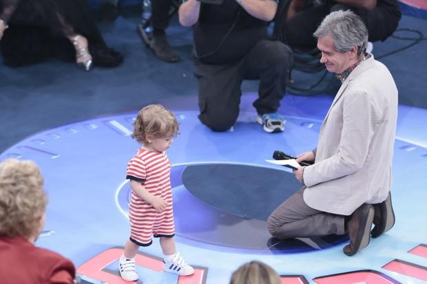 Sergio Groisman mostra seu filho (Foto: Rafael Cusato/EGO)