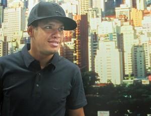 Carlos Eduardo desembarque (Foto: Diego Ribeiro/Globoesporte.com)