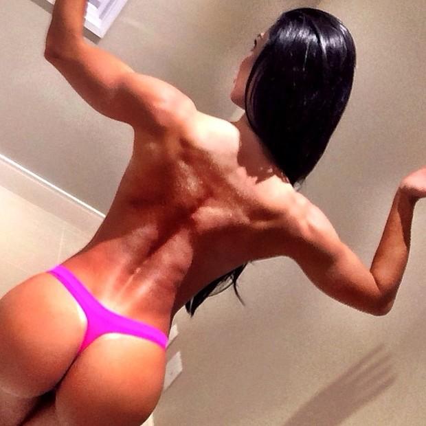 De calcinha, Graciella Carvalho exibe costas musculosas (Foto: Instagram/ Reprodução)