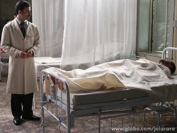 Homem misterioso dá entrada no hospital e chama por Dália (Foto: Fábio Rocha/TV Globo)