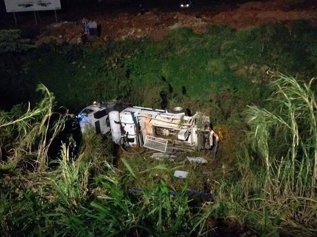 Caminhão saiu da pista, tombou e caiu em ribanceira às margens da BR-282 (Foto: Flávio Carvalho/Divulgação)