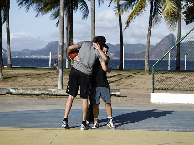 Sidney e Anderson se cumprimentam antes da partida (Foto: Estrelas/TV Globo)