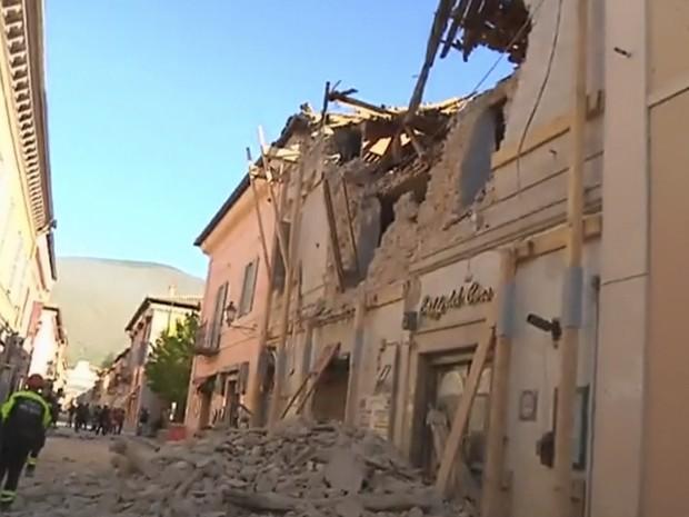 Imagen tomada de video muestra bomberos frente a un edificio dañado en Norcia, Italia, tras el terremoto con magnitud preliminar de 6,6 ocurrido la mañana del domingo 30 de octubre de 2016 en el centro del país. (Foto: Sky Italia vía AP)