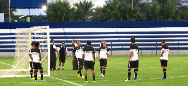 jogadores no treino do Corinthians em Dubai (Foto: Carlos Augusto Ferrari / Globoesporte.com)
