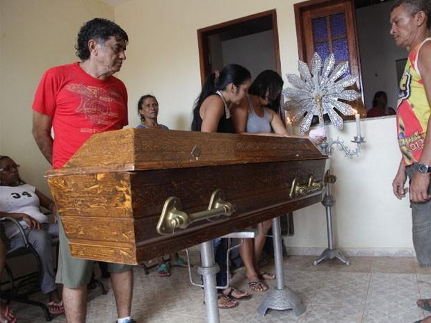 Francinaldo Sousa Pereira, de 41 anos,  foi assassinado quando estava de serviço em um trailer no bairro da Vila Nova (Foto: Biaman Prado/O Estado)