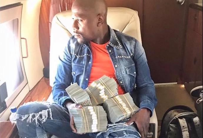 """""""Money"""" Mayweather tira onda com pilha de dinheiro (Foto: Reprodução)"""