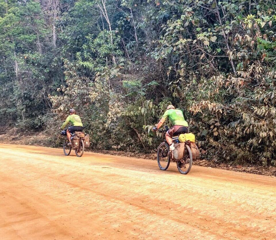 Astronauta da Nasa e pesquisadores do IPAM pedalam pela Transamazônica (Foto: Divulgação/Transamazônica+25)