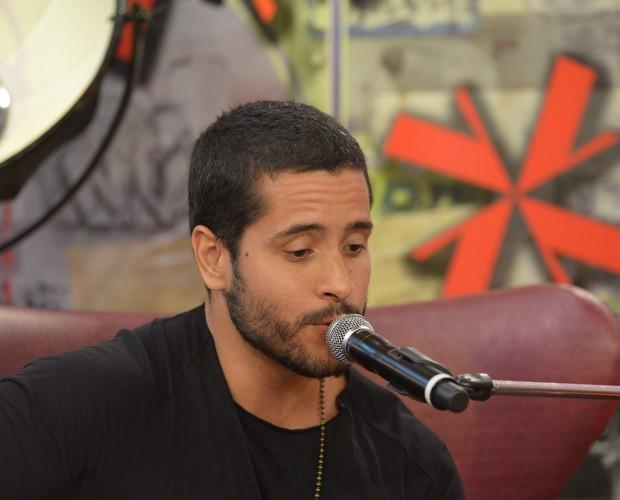 Nando Motta canta música nova no programa (Foto: Camila Serejo\Gshow)