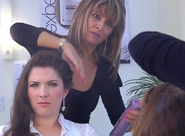 Noivas levam DVD para casa para escolher penteado com calma (Foto: Reprodução / TV Tem)
