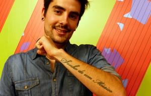 Leo Wicthoff mostra frase tatuada no antebraço esquerdo: 'Sonho de um Músico' (Foto: Divulgação/RPC)