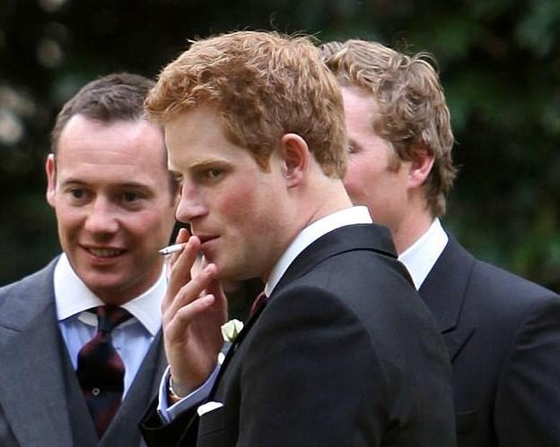Apesar de oficialmente proibido, Harry foi flagrado com um cigarro num jantar em Nottingham Cottage  (Foto: Reprodução)