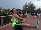 Diego Hypolito posa no colo da irmã, Daniele, em dia de parque na Disney