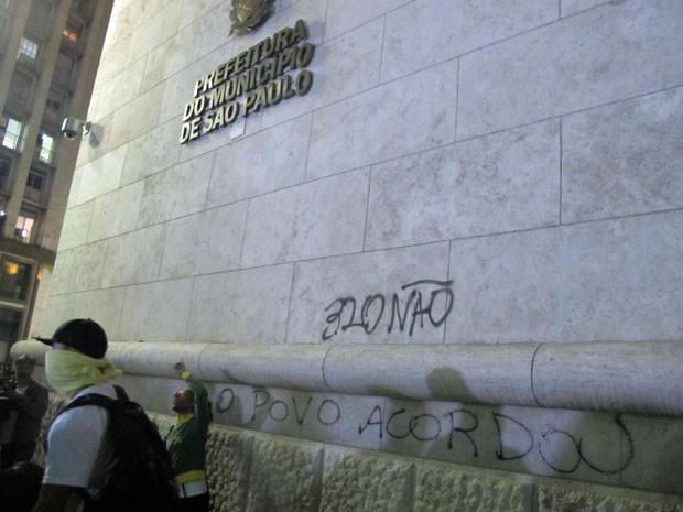 Mensagens como 'O poco acordou' foram pichadas na fachada do prédio (Foto: Darlan Alvarenga/G1)