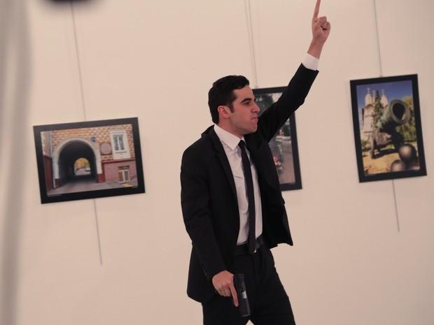 Atirador teria usado identificação da polícia para entrar em galeria (Foto: Burhan Ozbilici/AP Photo)
