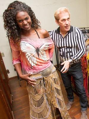 Camila prova o traje com a ajuda do estilista Marcelo Ortale (Foto  Alfredo  Risk 12b8dbcb770