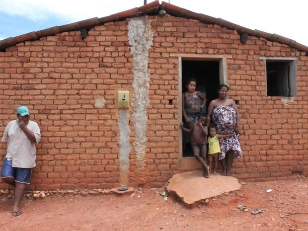 Maria de Fátima, mãe de três filhos e grávida do quarto, conta com ajuda dos pais para não passar fome (Foto: Taisa Alencar / G1)
