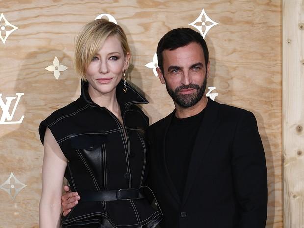Cate Blanchett e o estilista Nicolas Ghesquier em evento de moda em Paris, na França (Foto: Gabriel Bouys/ AFP)