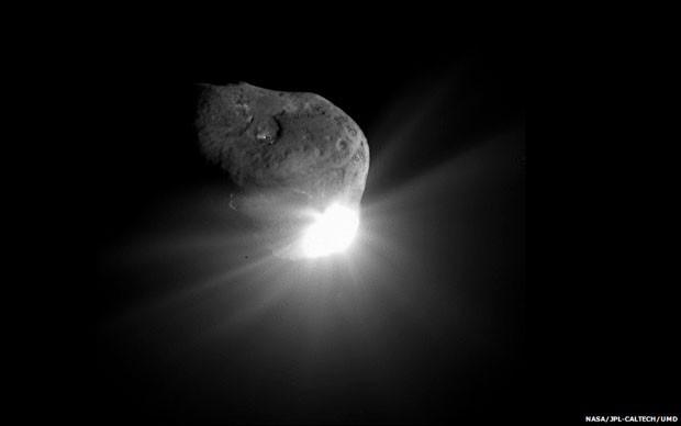 Em Julho de 2005, a missão Deep Impact conseguiu se chocar com o cometa 9P/Tempel, para descobrir mais sobre a composição do corpo celeste. Esta foto espetacular, feita 67 segundos depois do impacto pela nave da Deep Impact que passou próxima do cometa, mostra a luz resultante da colisão e também detalhes da superfície do cometa, iluminada pelo Sol (Foto: Nasa/JPL-Caltech/UMD/BBC)