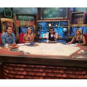 Iris Stefanelli com Andressa Urach  na bancada do 'Muito Show' com Zé Luis e Thiago Rocha (Foto: Instagram)