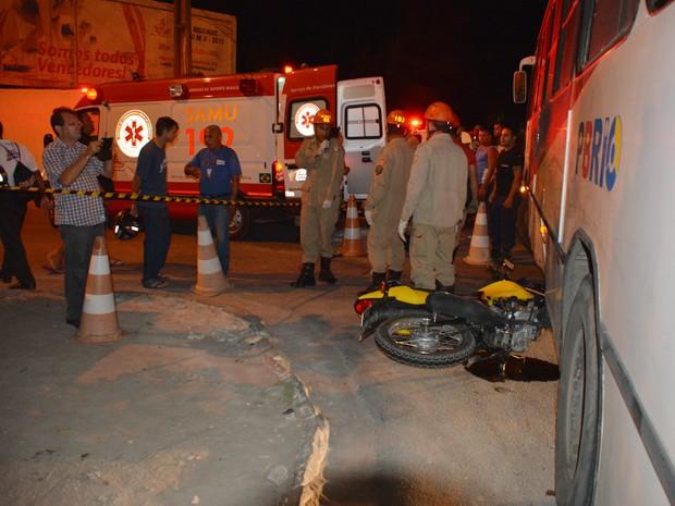 Motociclista foi resgatado de baixo do ônibus por bombeiros (Foto: Walter Paparazzo/G1)