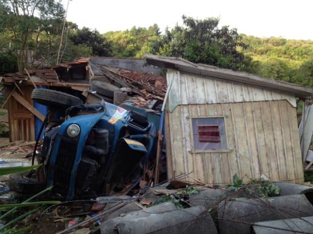 Vítimas foram levadas ao hospital, sem ferimentos graves (Foto: Tony Mattoso/RPC TV)