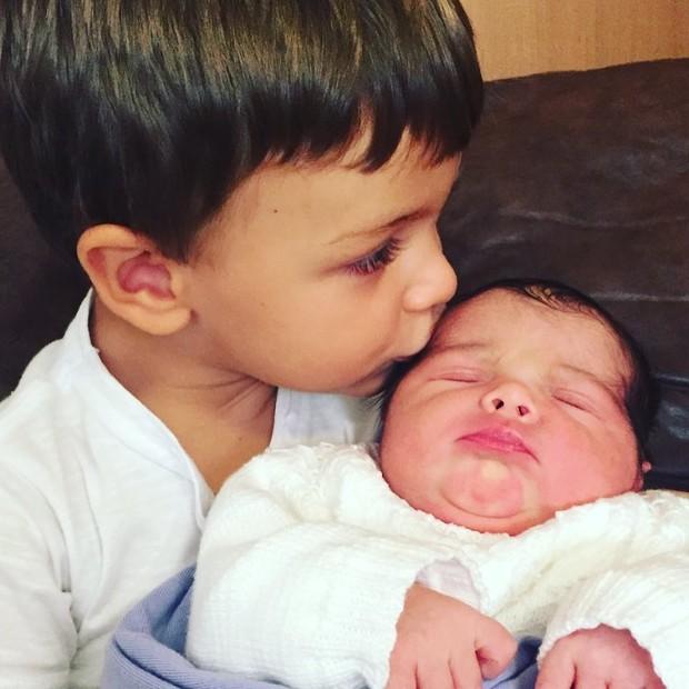 Ana Sang mostra os netos, Joaquim e Maria, filhos de Felipe Simas (Foto: Reprodução / Instagram)