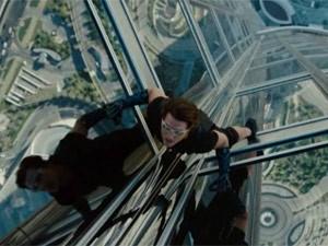 Tom Cruise escala prédio mais alto do mundo em trailer de novo 'Missão impossível'