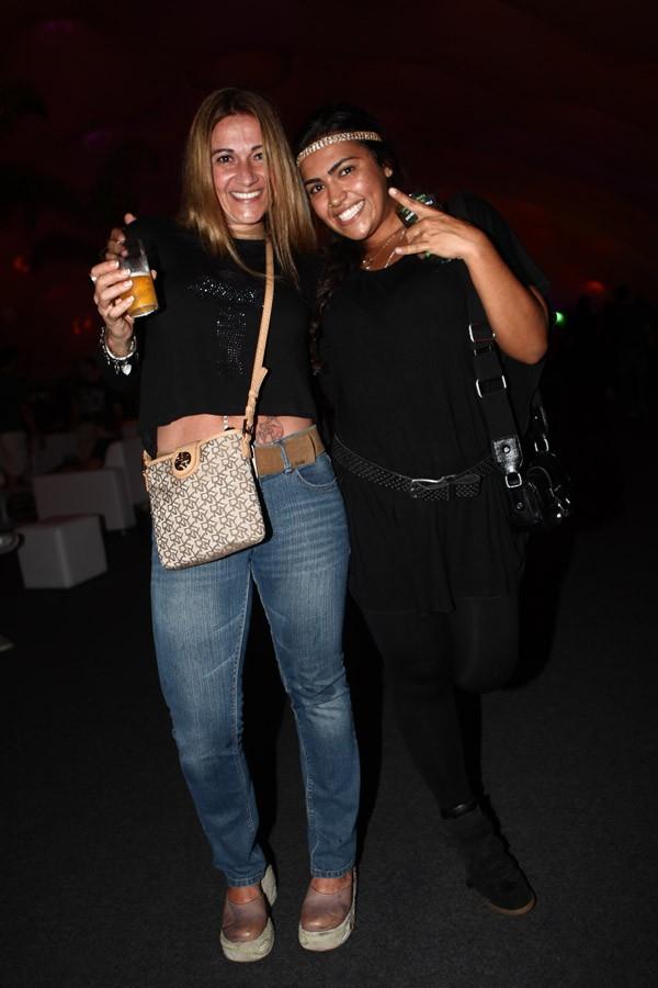 Mônica Santoro e Moniquinha em camarote vip (Foto: Iwi Onodera/EGO)