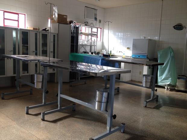Sala de cirurgia do Departamento de Controle de Zoonoses não suporta demanda de atendimentos (Foto: Gaia Quiquiô/G1)