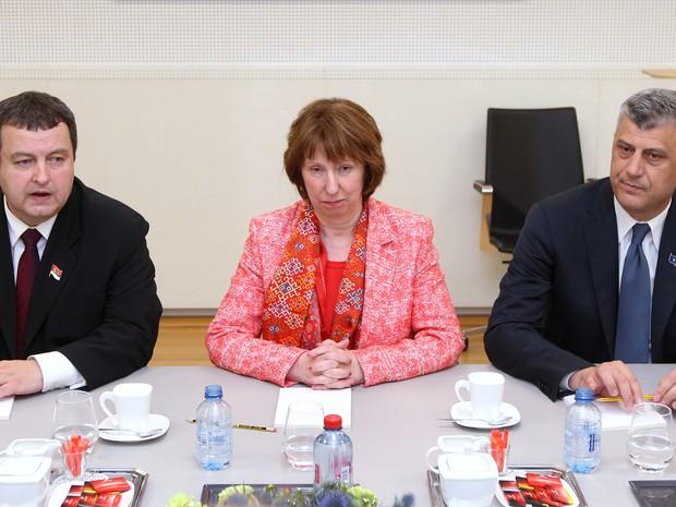Primeiro-ministro do Kosovo, Hashim Thaci, e o primeiro-ministro sérvio Ivica Dacic posam com a chefe de política externa da UE, Catherine Ashton (Foto: AFP PHOTO / POOL / YVES LOGGHE)