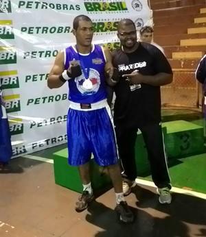 Thiago Santos e o técnico Marcos Praxedes (Foto: Arquivo pessoal)