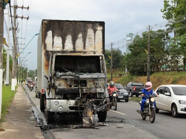 Caminhão teve queima total da cabine do motorista (Foto: Jamile Alves/G1 AM)