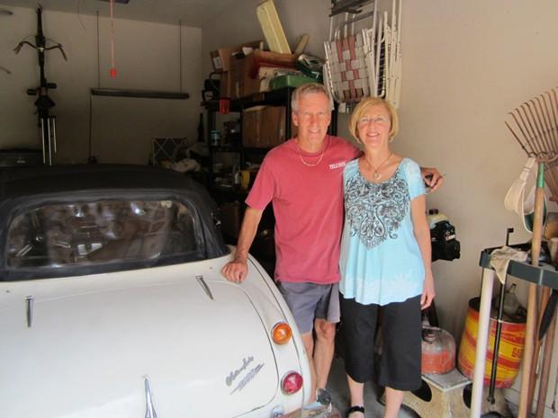 Robert Russell e sua mulher posam ao lado de veículo recuperado (Foto: Los Angeles County Sheriff's Department/AP)