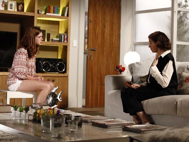 Marta baixa a guarda ao descobrir que Isis é apenas uma menina e se emociona na frente dela  (Foto: Inácio Moraes/TV Globo)