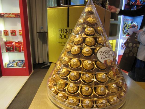 A Ferrero Rocher trouxe o glamour da marca no lançamento da pirâmide com 96 bombons - a venda só é feita via internet (Foto: Marta Cavallini/G1)