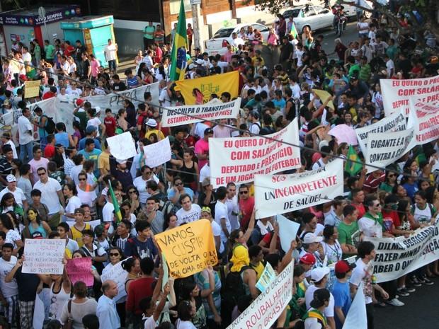 Manifestantes levaram faixas para expor causas em particular (Foto: Marcos Dantas/G1 AM)