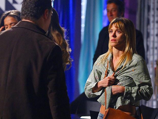 Capanga rasga a blusa de Jéssica para mostrar quem manda (Foto: Salve Jorge/TV Globo)