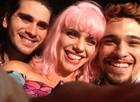 Bruna Linzmeyer chamou Johnny e Gabriel para seu selfie (Foto: Meu Pedacinho de Chão/TV Globo)