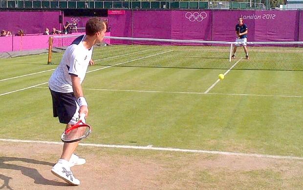 tenista Bruno Soares treinando em Wimbledon (Foto: Reprodução / Twitter)