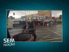 Criança carrega televisão em garupa de moto no DF; veja vídeo