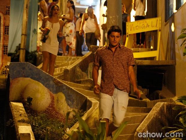 Luiza vai atrás de André, mas ele não quer saber dela (Foto: Inácio Moraes/TV Globo)