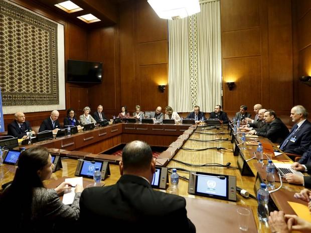 Enviado da ONU. Mistura. e embaixador sírio na ONU. al Jaafari. abrem negociações de paz sobre a Síria nesta sexta-feira (29) em sala na sede da União Europeia em Genebra, na Suíça (Foto: REUTERS/Denis Balibouse)
