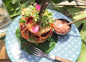 """Hambúrguer de faláfel com """"maionese"""" de inhame e beterraba (Foto: Arquivo pessoal)"""