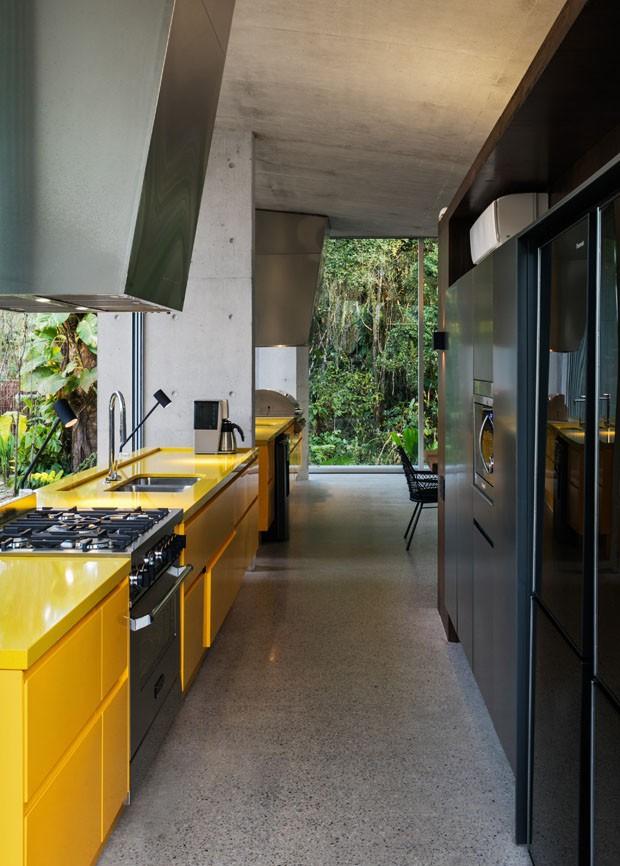 Uma casa de praia integrada ao verde e com arquitetura premiada (Foto: Nelson Kon)