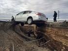 Motorista invade bloqueio e carro fica pendurado em ponte nos EUA