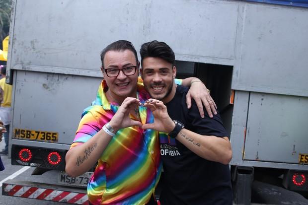 Ex-BBB Dicésar com o namorado (Foto: Thiago Duran e Francisco Cepeda/AgNews)