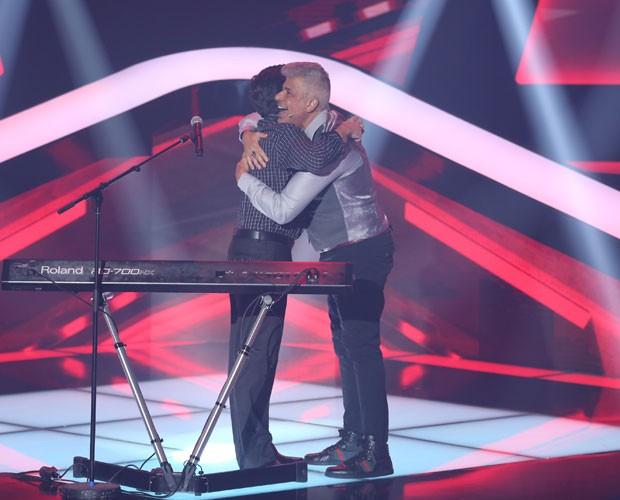 Edu Camargo ganha um abraço do técnico Lulu (Foto: Isabella Pinheiro/TV Globo)