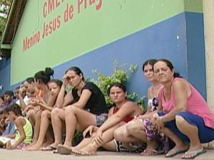 pais ficaram na fila por três dias (Foto: Reprodução/TV Integração)