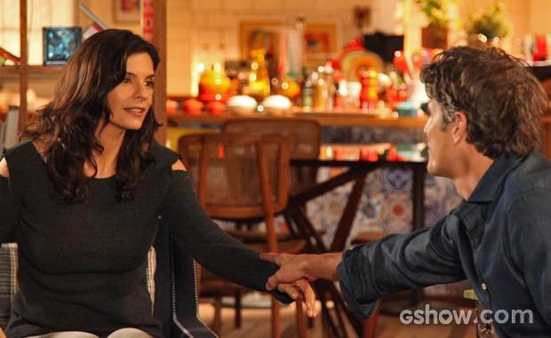 Cadu impede que Verônica vá embora (Foto: Camila Camacho/ TV Globo)