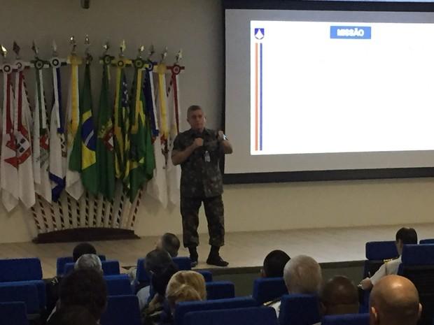 General César Justo faz apresentação para representantes de embaixadas de Brasília (Foto: Gabriel Luiz/G1)